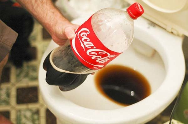 inodoro con coca cola