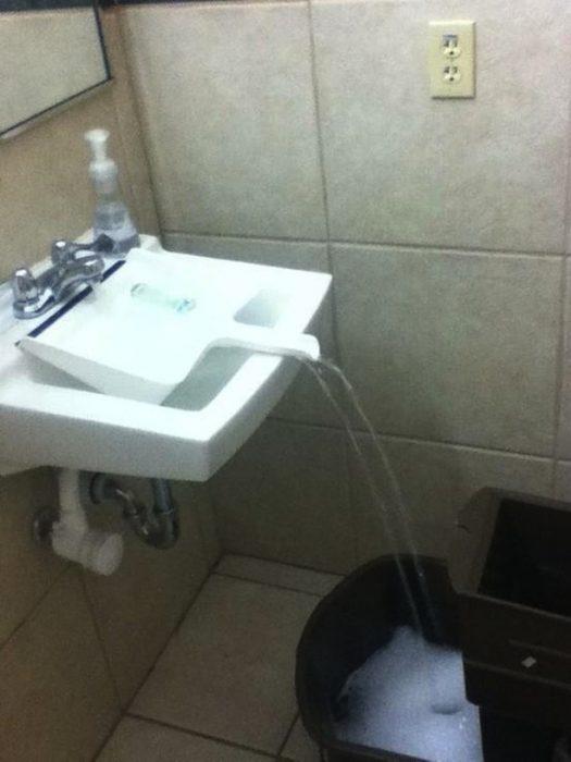recogedor llenando una cubeta de agua