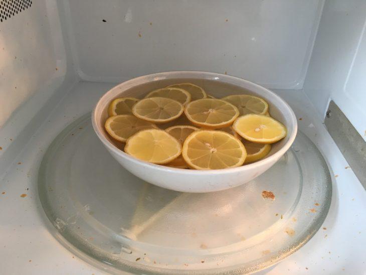 recipiente con agua y limón para limpiar microondas