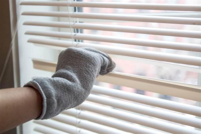 limpieza de persianas con calcetín