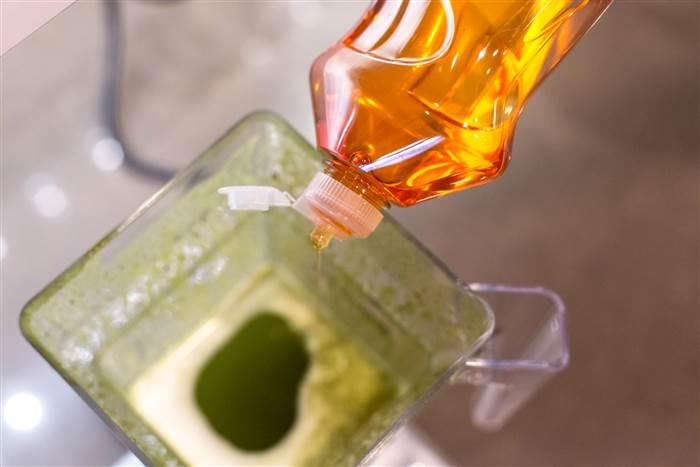 vaso de licuadora sucio con jabón
