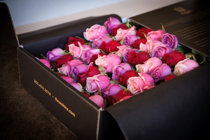 caja con rosas de colores