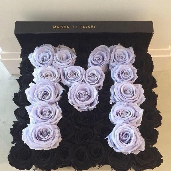 rosas lila y oscuras en caja
