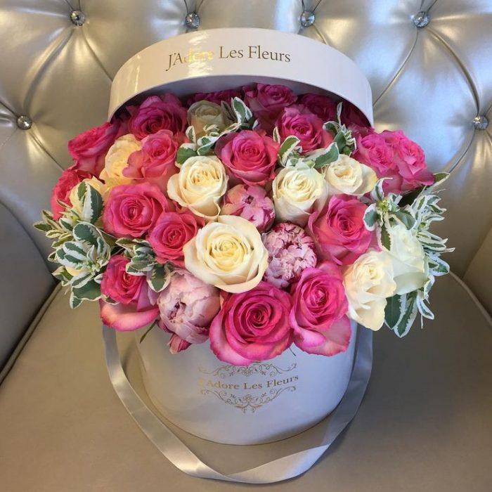 rosas rosas y blancas en caja