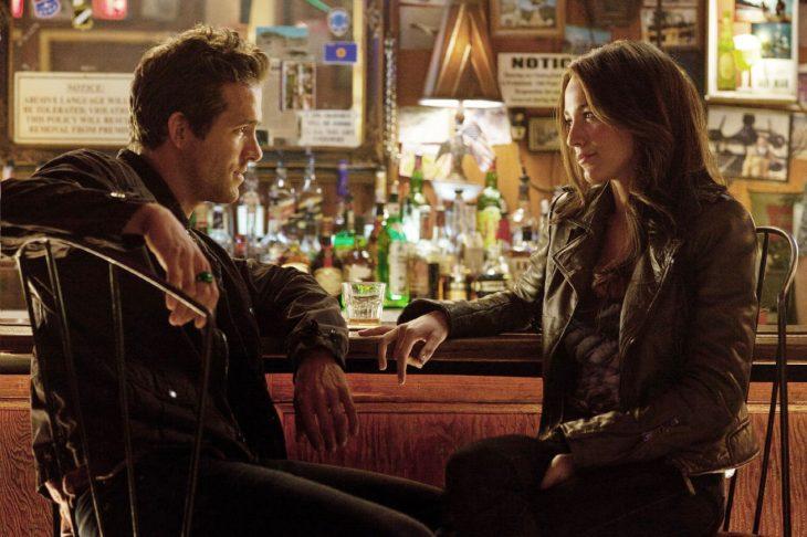 pareja de novios sentados en un bar