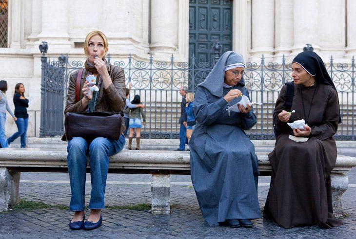 Escena de la película comer, rezar y amar. mujer comiendo junto a unas monjas