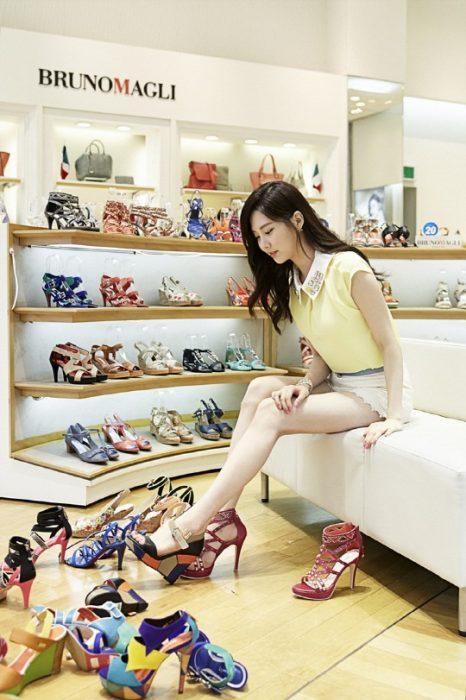 Chica probándose zapatos en una tienda