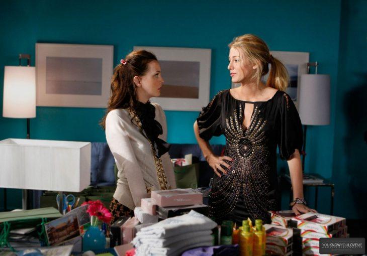 Escena de la serie gossip girls. Serena y Blair peleando