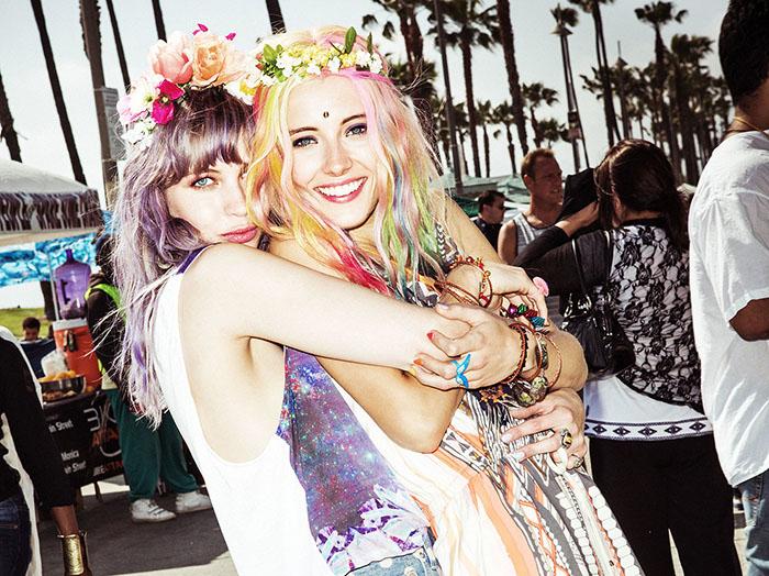 amigas sonriendo con cebello morado y flores en la cabeza