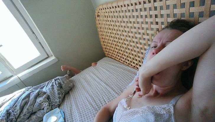 madre en la cama y bebe cayendo a un lado