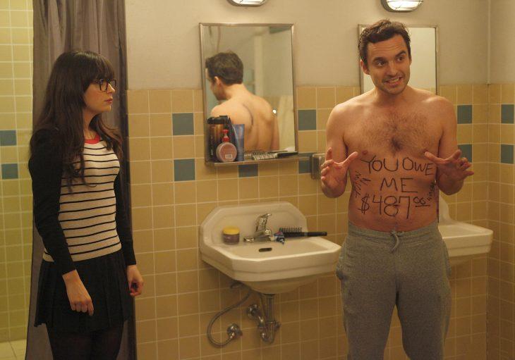 Escena de la serie new girl chicos en el baño