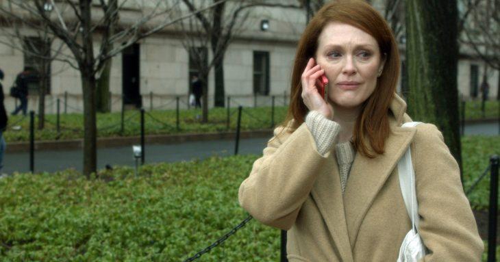Escena de la película still alice. Mujer llamando por teléfono