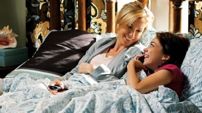 escena de la serie modern family madre e hija recostadas