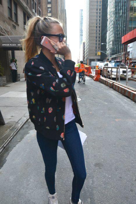 Chica parad en la calle llamando por teléfono