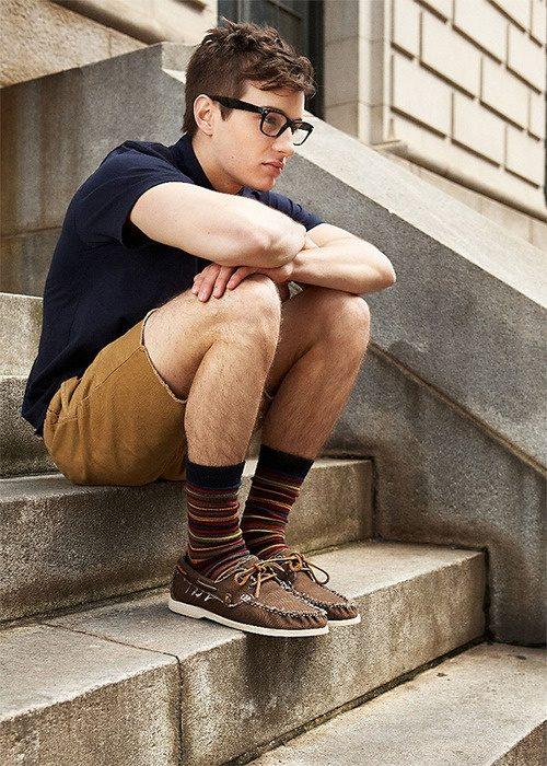 chico con calcetines hasta la pantorrilla