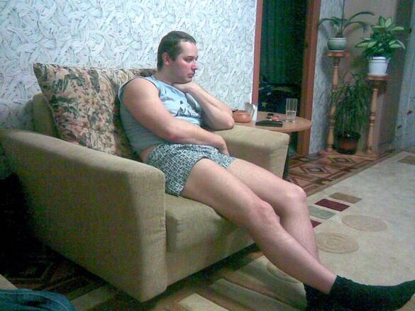 hombre sentado en el sofá en calzones