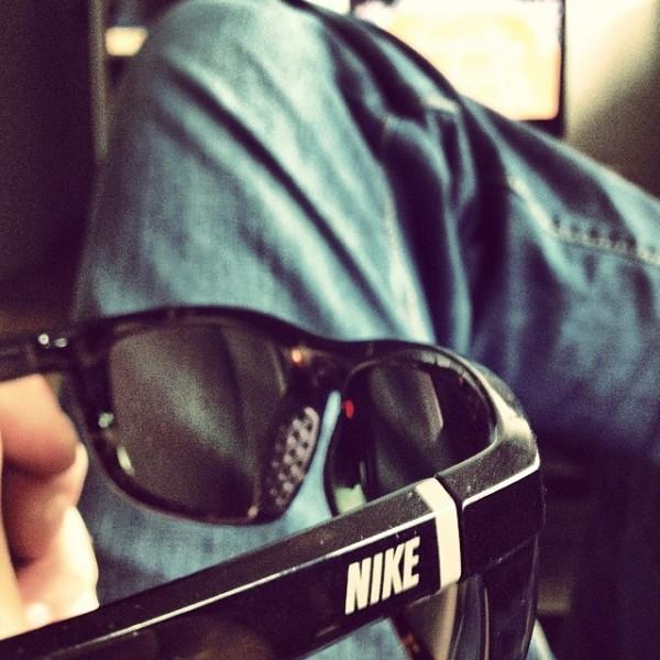 chico con lentes deportivos y pantalón de mezclilla