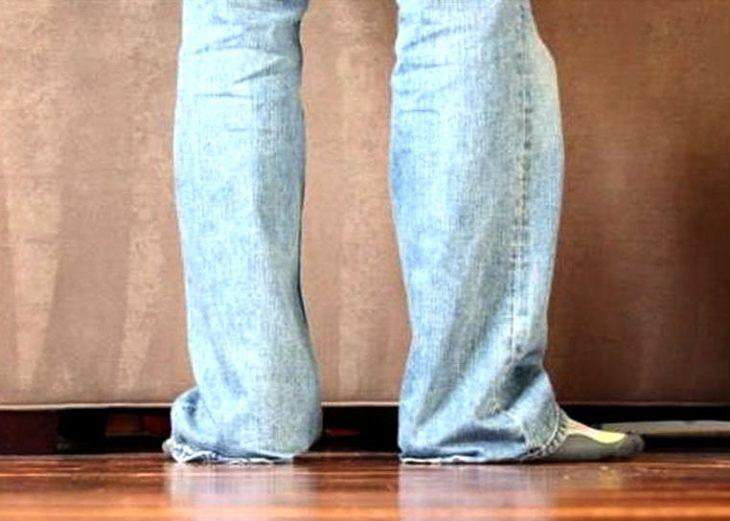 hombre con pantalones arrastrando