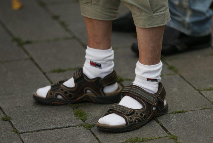 hombre con calcetines y sandalias