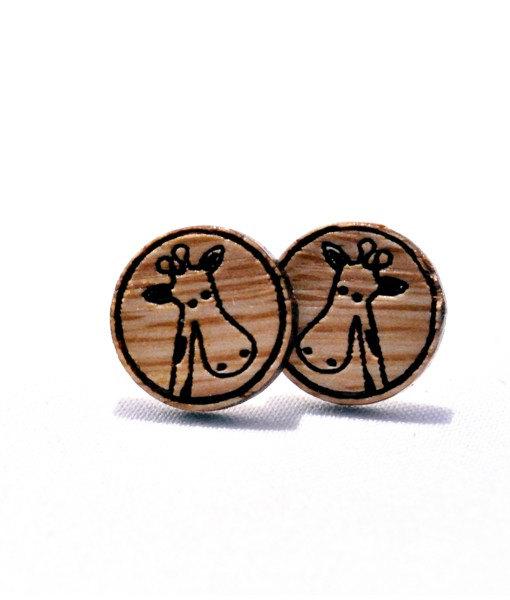 aretes de madera con jirafa