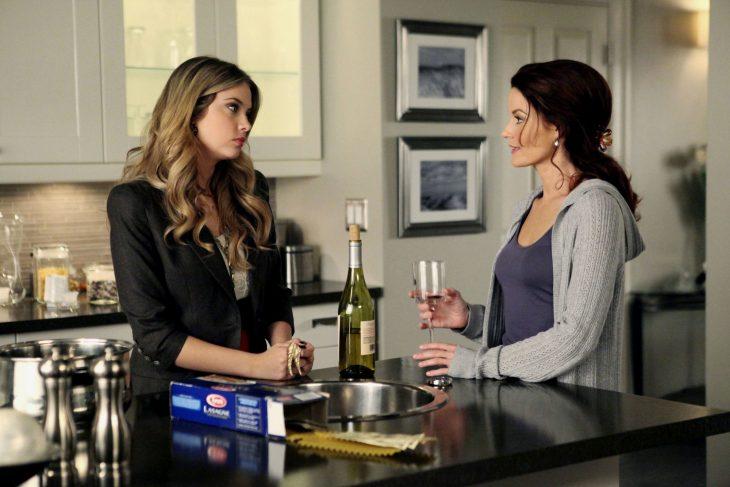 Escena de la serie pretty litte liars. Hanna platicando junto a su madre