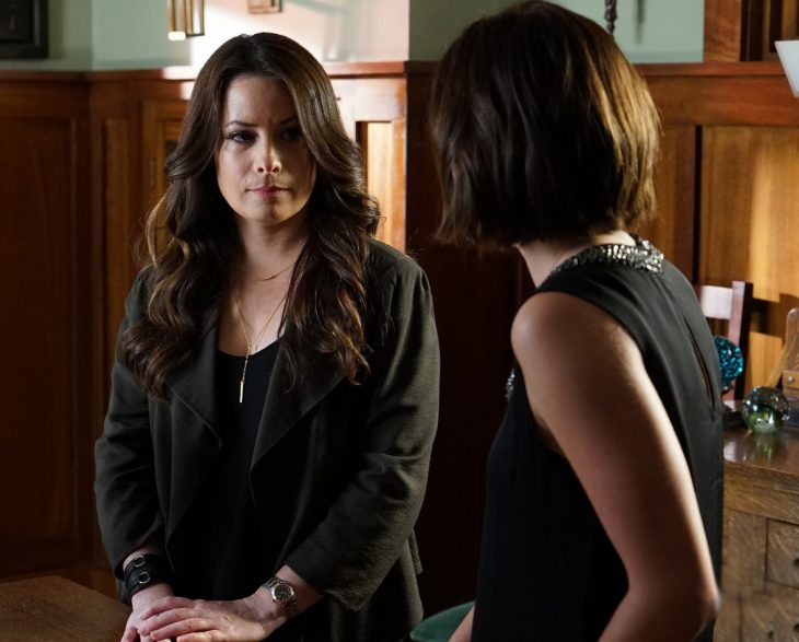 Escena de la serie pretty little liars. Aria hablando con su madre