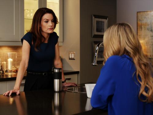 Escena de la serie pretty little liars Hanna junto a su mamá