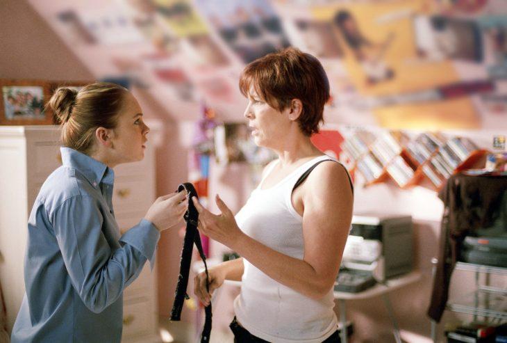 Escena de la película un viernes de locos. Chica peleando con su madre