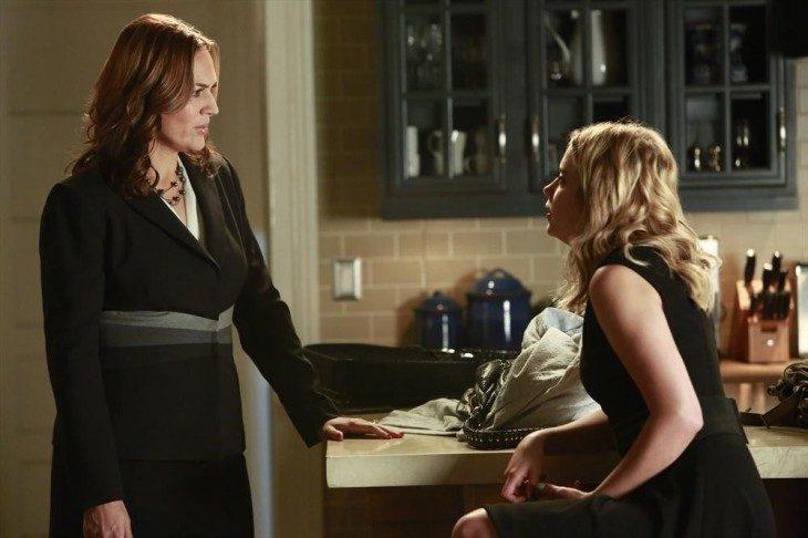 Escena de la serie pretty litte liars chica conversando con su madre