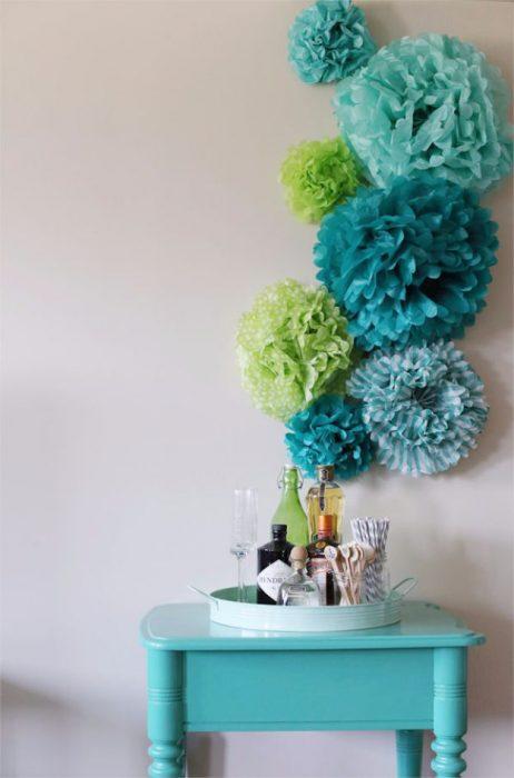flores de papel en la pared