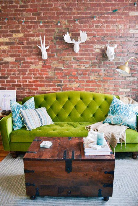 sillón verde en sala