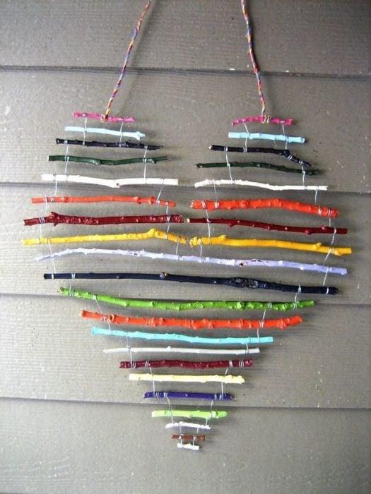 colgante de ramas pintadas de colores