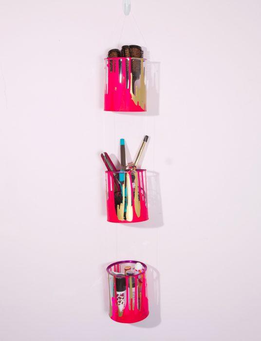 botes de plástico de colores para colocar accesorios
