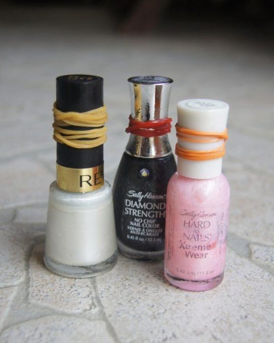 frascos de esmalte con ligas en la tapa