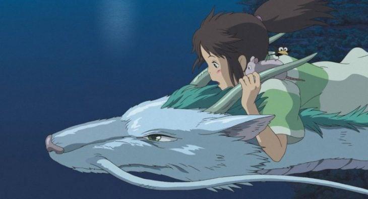 dibujos animados niña sobre dragon que vuela