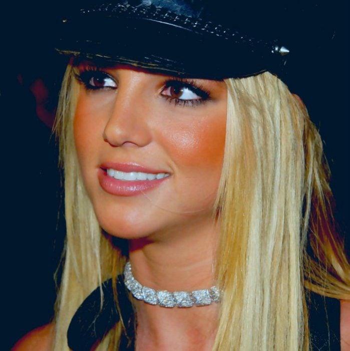 chica sonriendo con gorra y maquillaje muy fuerte