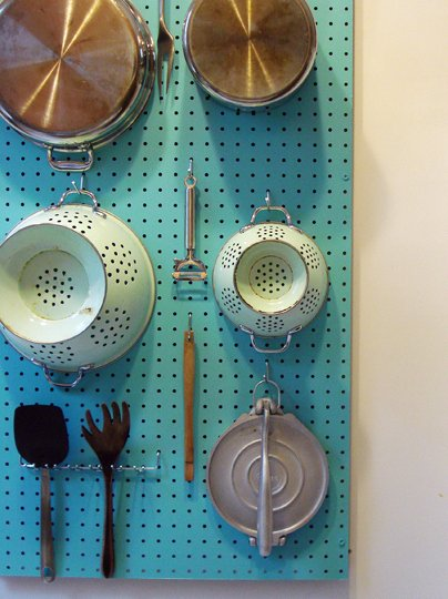 panel de madera perforada para colgar utensilios de cocina