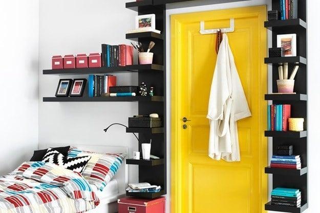 puerta con estantes como marco
