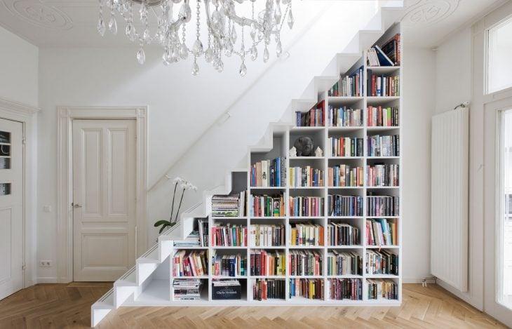 librero debajo de escaleras