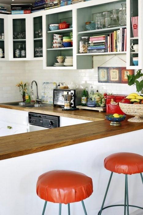 estantes superiores en la cocina