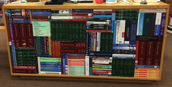 librero con libros ordenados por colores