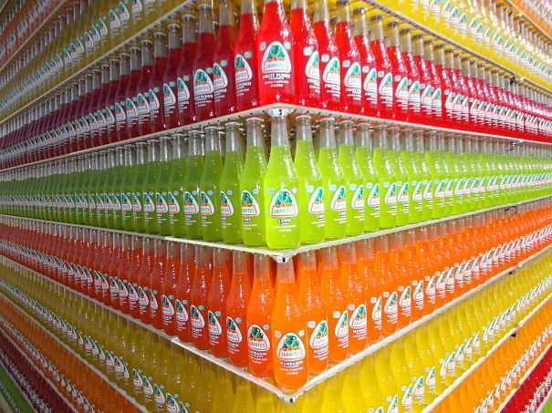 estante con refresco acomodado por colores