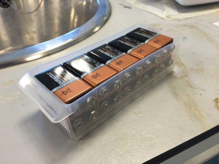 baterías cuadradas acomodadas en caja