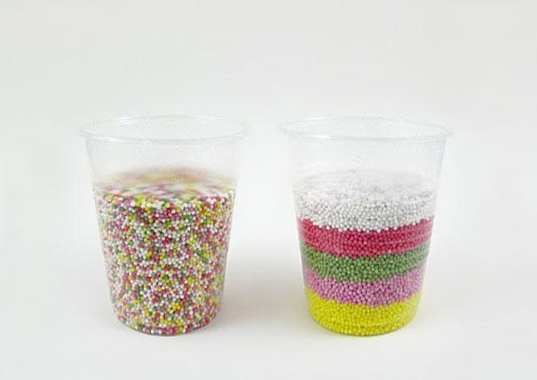 vaso con gragea separada por colores