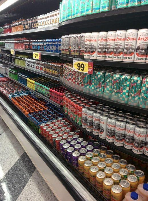 estantes de supermercado bien ordenados