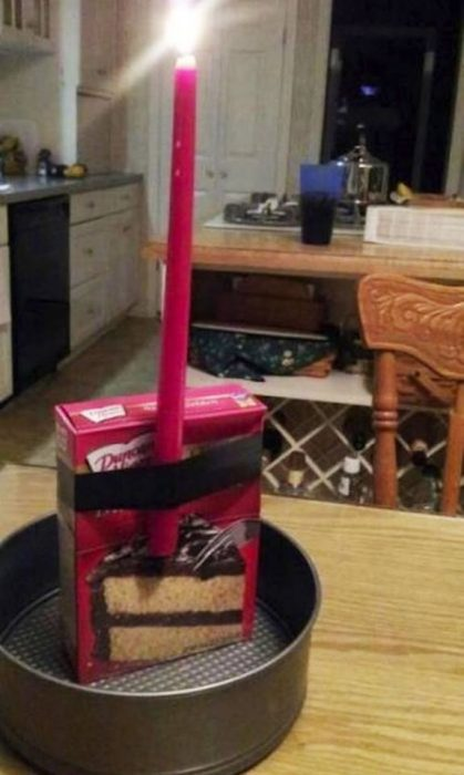 caja de harina para pastel con vela