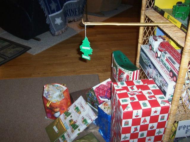 aromatizante de ambiente en forma de pino colgado sobre regalos