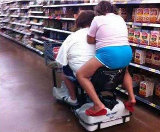 mujeres obesas en carro eléctrico de súper mercado