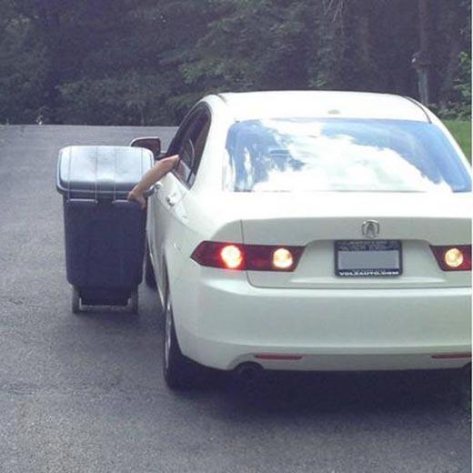 persona sacando basura en coche