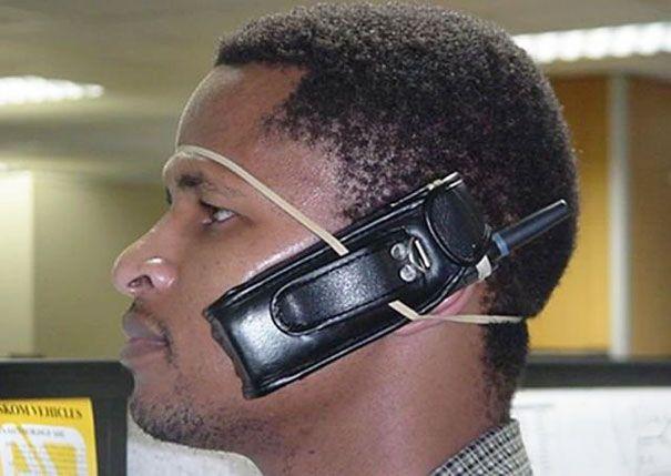 hombre con celular sujeto a la cabeza con liga